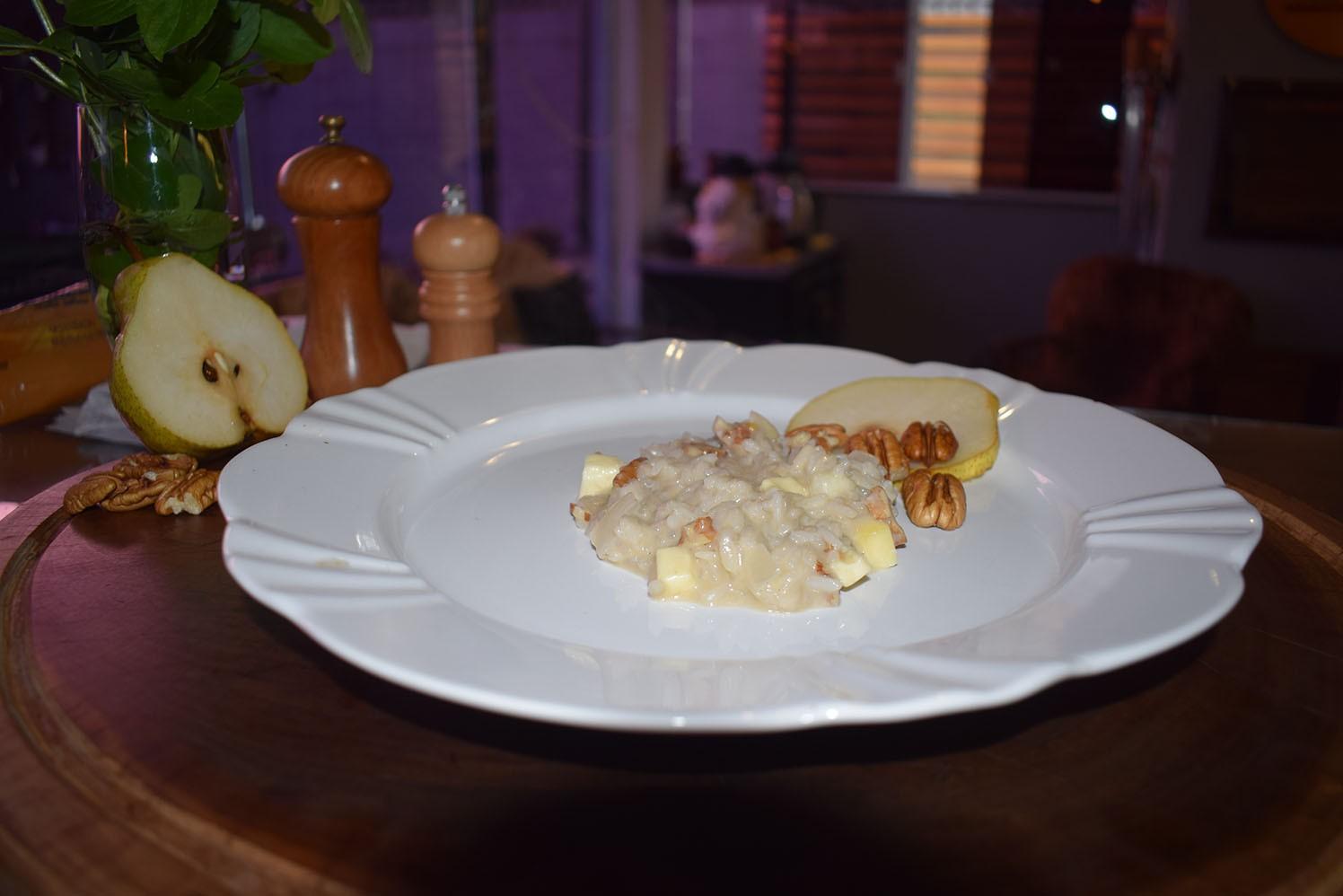 Risoto de pera com nozes e queijos